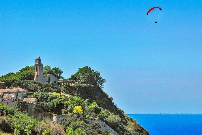 Fiorenzuola di Focara colle san bartolo parco pesaro gabicce mare marche adriatico itinerario moto