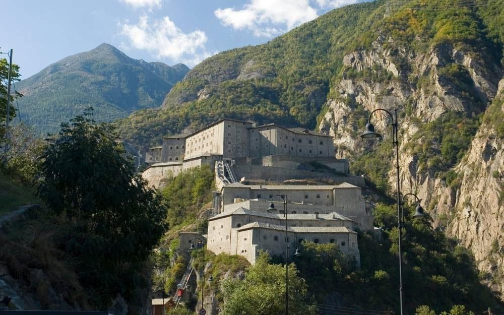 Castello di Verres Aosta castelli strada itinerario percorso moto bici