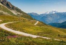 Passo Piccolo San Bernardo vista sul Monte Bianco - Shutterstock