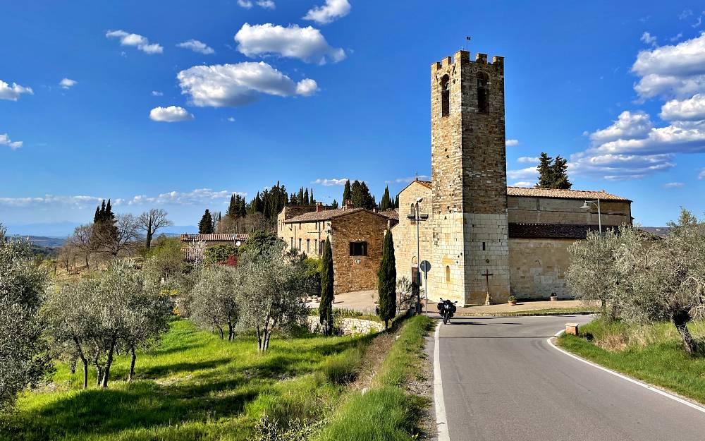 San Donato in Poggio -Chianti e Crete senesi itinerario toscana strada caberg levo bmw